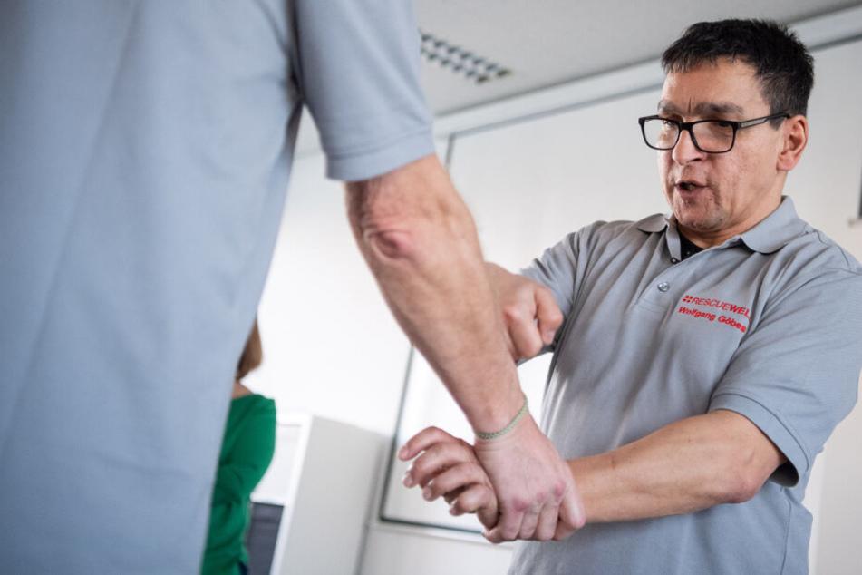 Wolfgang Göbes, Trainer für Selbstverteidigung zeigt wie man sich aus einem Griff an das Handgelenk befreien kann.