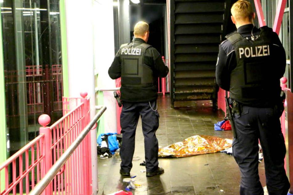 Berlin: Mann bricht in U-Bahnstation zusammen und stirbt