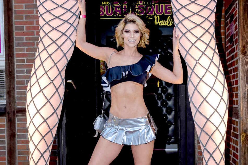Micaela Schäfer (35) tauchte bei der Eröffnung von Olivia Jones' Burlesque-Club in Hamburg nicht allein auf.