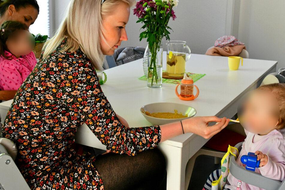Beim Mittagessen: Maria Wiedemann (24) füttert liebevoll ein kleines Mädchen.
