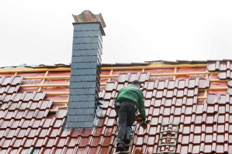 Bei Dacharbeiten ist am Sonntagabend ein 48-jähriger Mann mehrere Meter in die Tiefe gestürzt und hat sich schwerst verletzt. (Symbolbild)