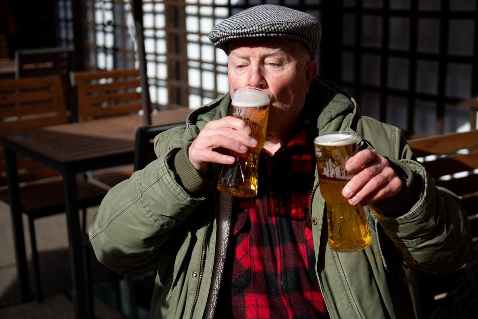 """John Witts trinkt bei der Wiedereröffnung des Pubs """"Figure of Eight"""" gleich zwei Bier."""