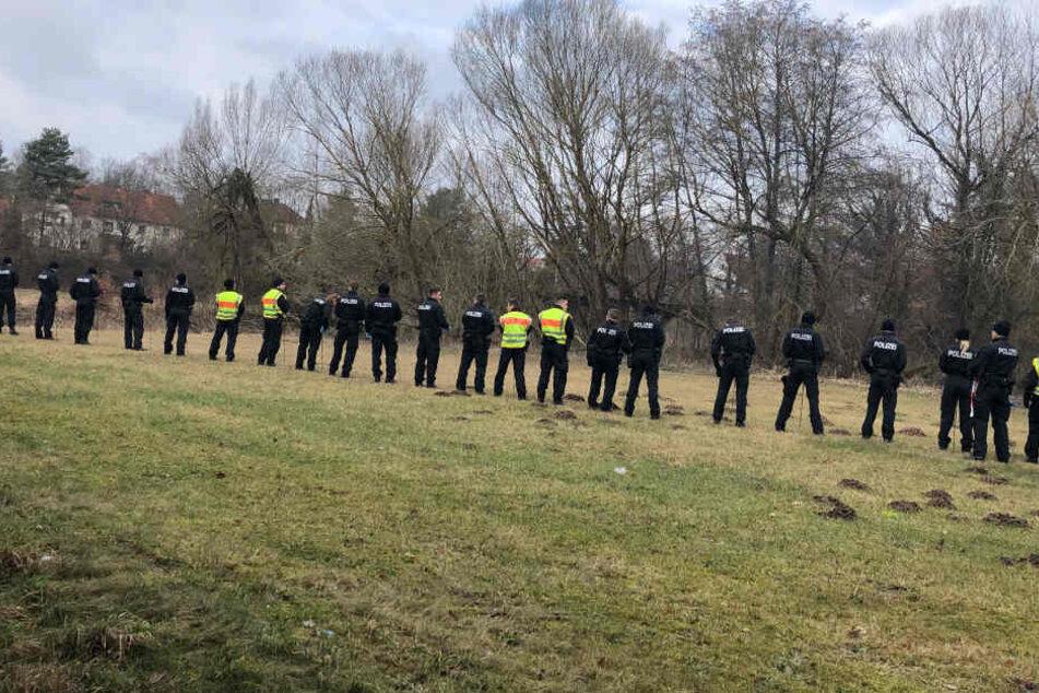 Eine Hundertschaft der Polizei aus Bamberg unterstützt bei der Suche in Roth.
