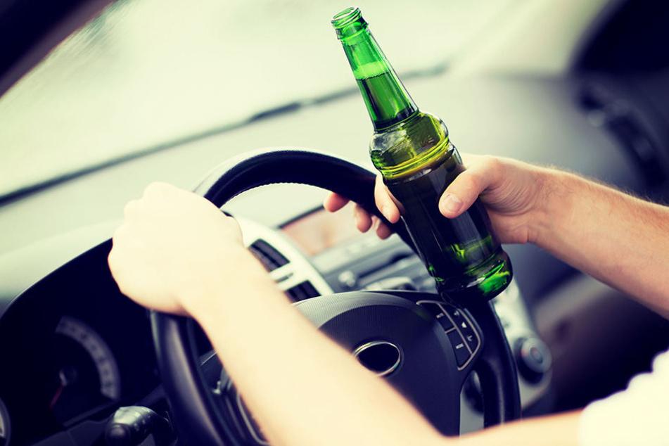 Nach Unfallflucht: Polizei entdeckt Fahrer betrunken in seinem Auto liegend