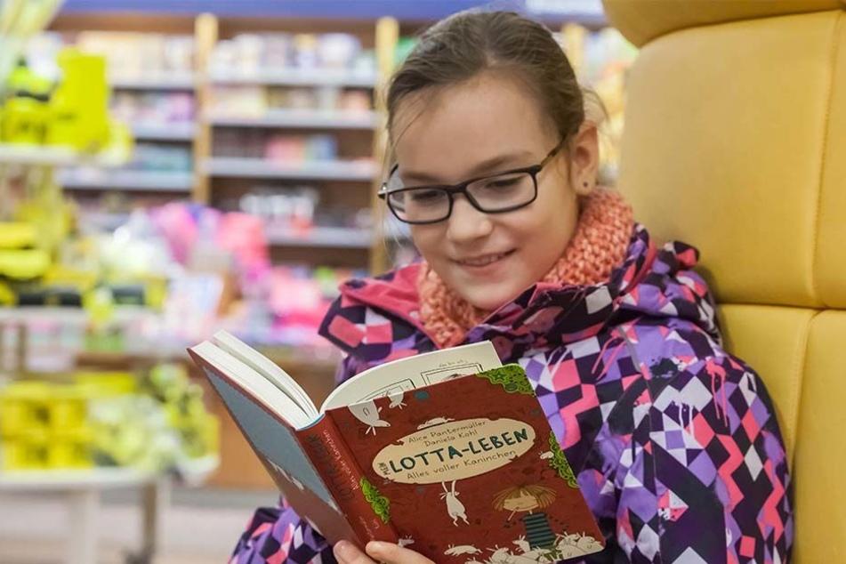 """""""Ich habe fast 100 Bücher"""": Mariella Nüßner(10) schmökert bei Thalia in """"Lotta-Leben""""."""