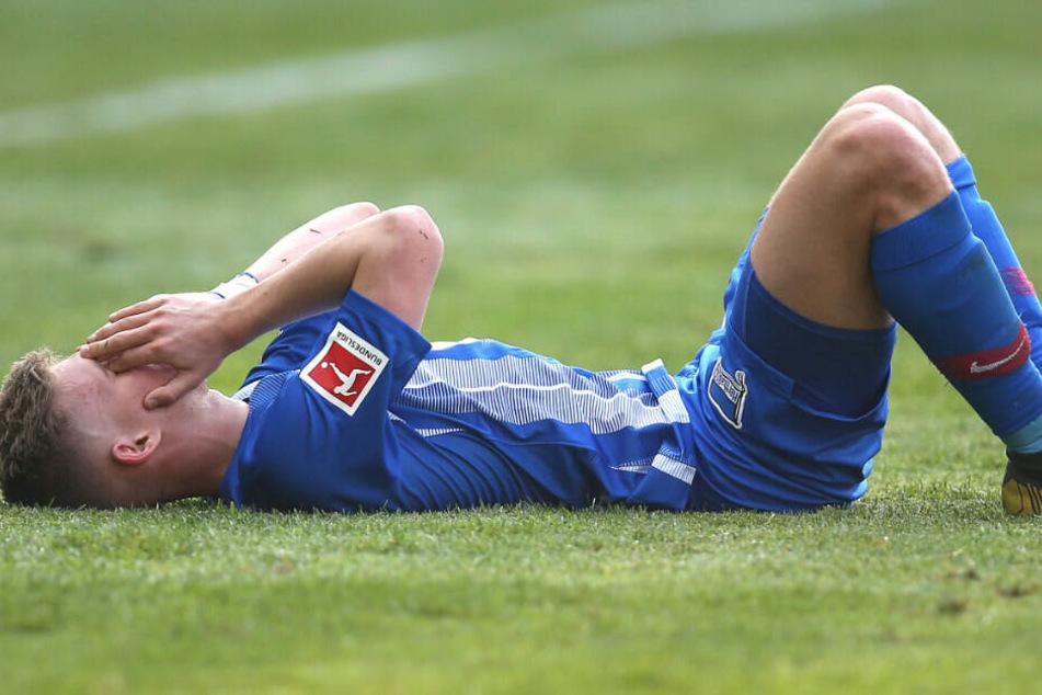 Maximilian Mittelstädt liegt nach der Pleite gegen Düsseldorf am Boden.