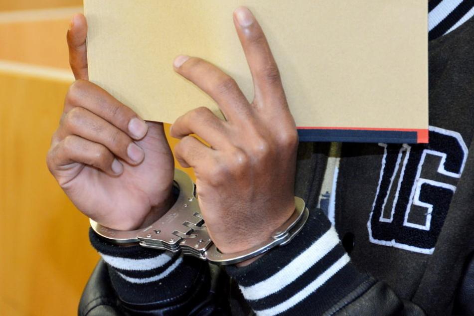 Flüchtling Augen ausgestochen! Wollte der Angeklagte ihn aufessen?