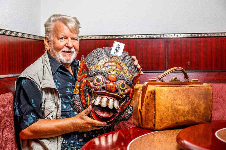 Peter Kersten (75) hat als Zauberer fast die ganze Welt bereist. Diese Maske aus der Südsee hat er zu einem Zauberutensil umgebaut.