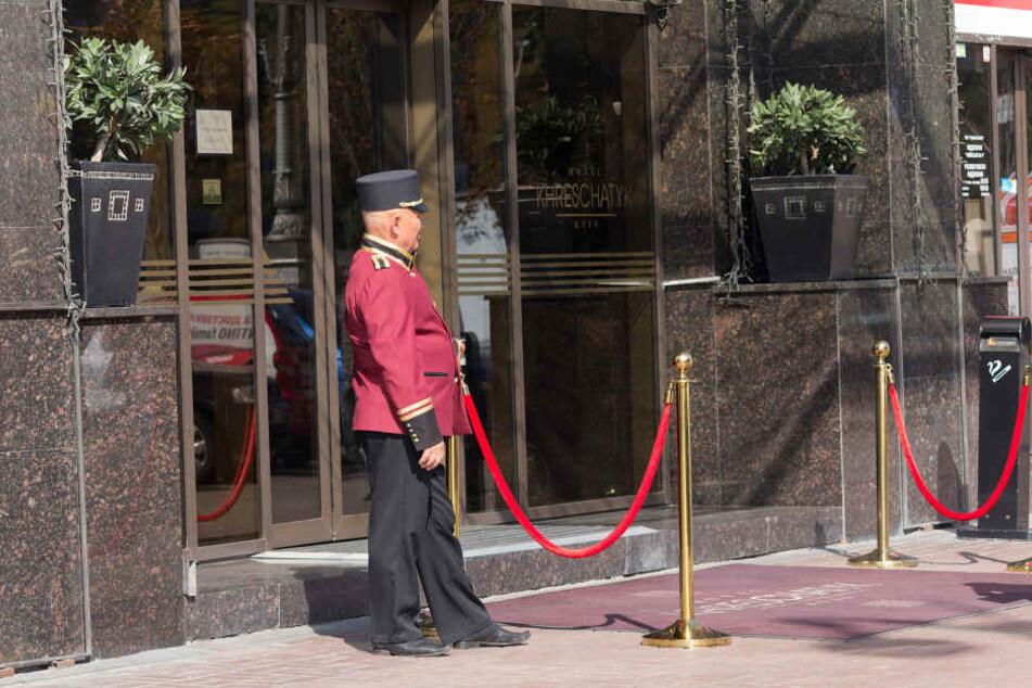 Ein Hotelportier vor dem Eingang eines Hotels hatte die richtige Nummer drauf! (Symbolbild)