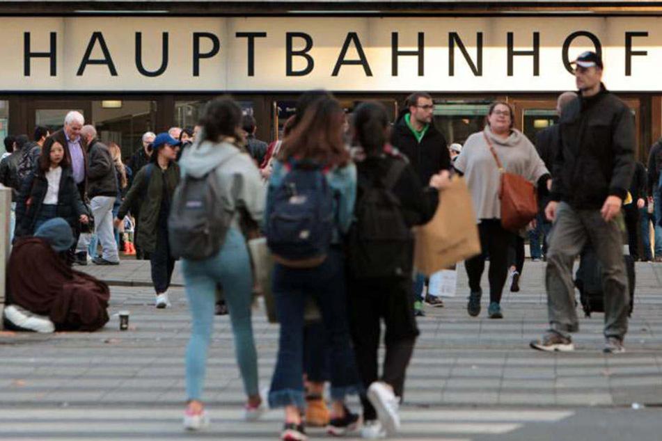 Der beherzte Freund prügelte die Angreifer bis zum Düsseldorfer Hauptbahnhof, wo sie festgenommen wurden.