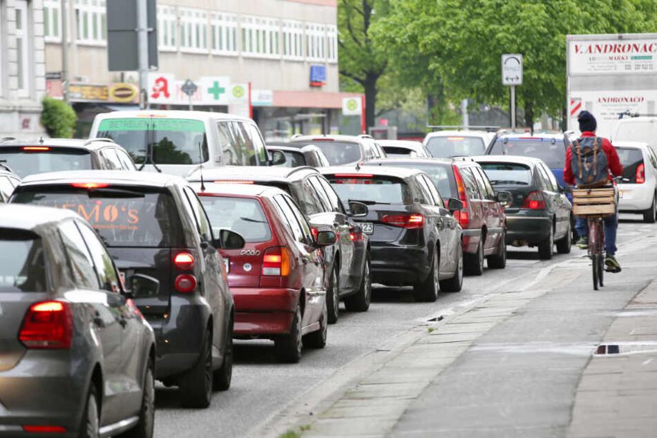 Autos stauen sich auf der Max-Brauer-Allee in Hamburg. Durchschnittlich stecken Pendler 139 Stunden im Jahr im Stau.