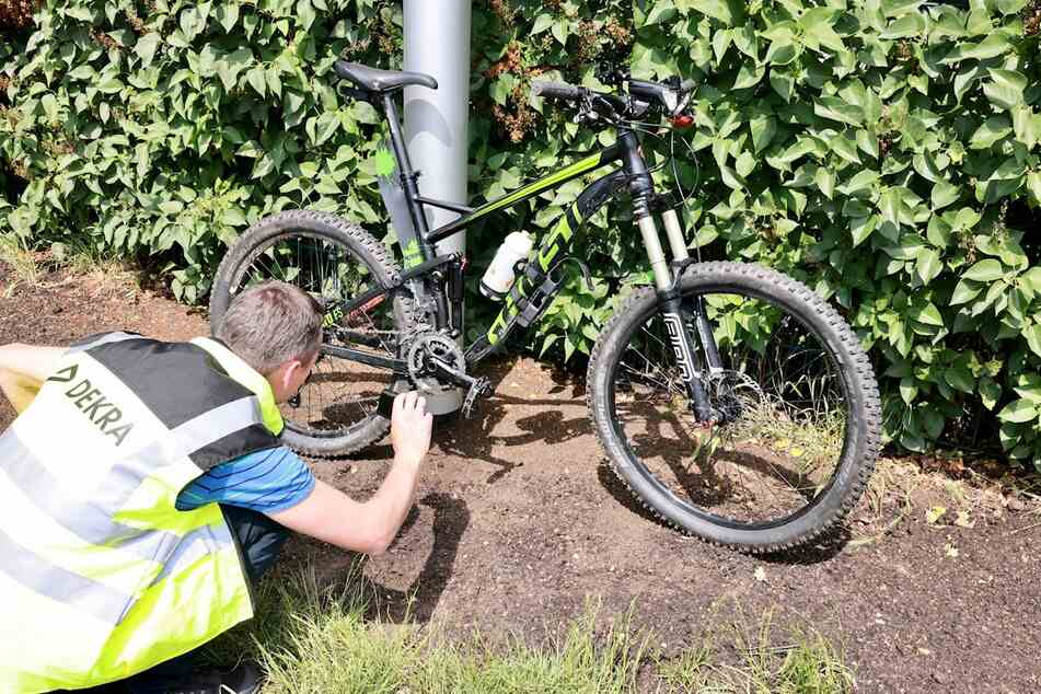 Der 45-jährige Radfahrer wurde mit schweren Verletzungen ins Krankenhaus gebracht.