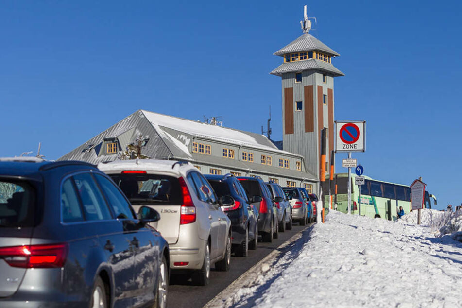 Viele Sachsen nutzten das Wetter zum Jahresende für einen Ausflug auf den Fichtelberg.