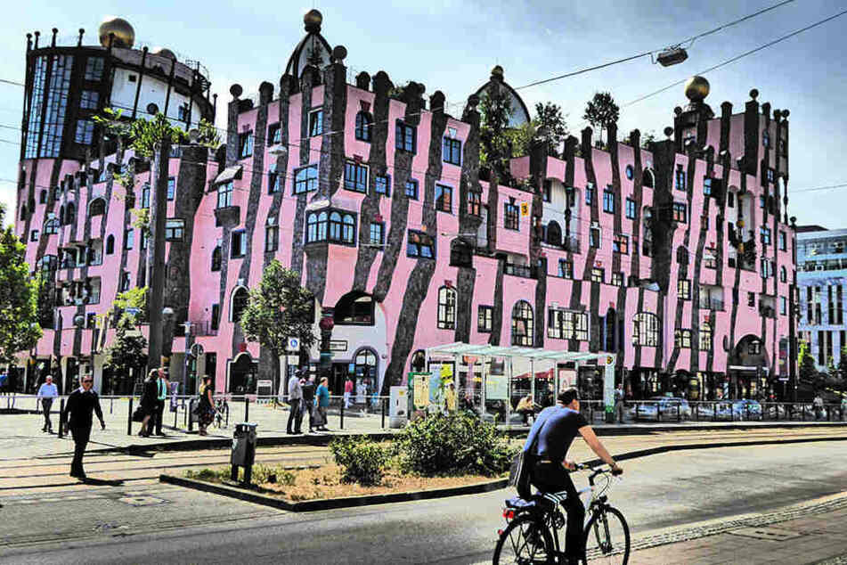Der Architekt Friedensreich Hundertwasser baute in Magdeburg die Grüne Zitadelle. Das Gebäude wurde 2005 fertiggestellt.