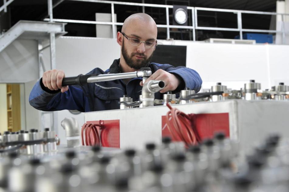 Chemnitz lebt den Aufschwung Ost: Felix Kock (27) montiert einen  Schallgeber.