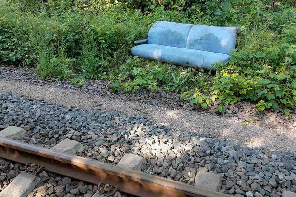 Die unbekannten Täter hatten auch ein Sofa auf die Gleise gelegt.