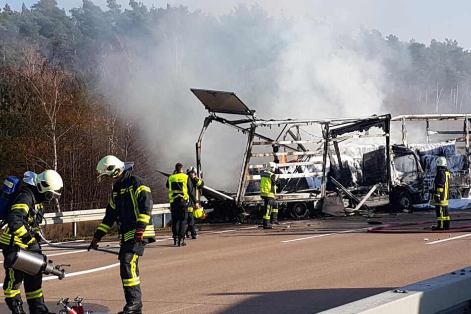 Ein Lastwagen und ein Sattelzug sind bei dem Unfall ausgebrannt.