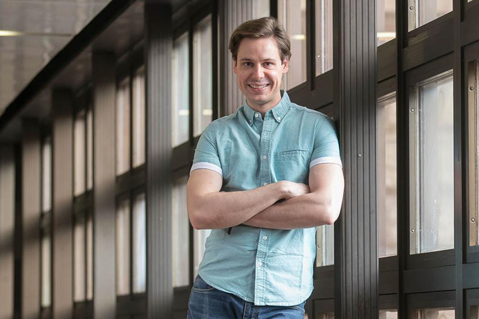 Der Strahlemann noch ganz privat: Schauspieler Sándor Barkóczi (28) bei  Dienstantritt in der Semperoper.