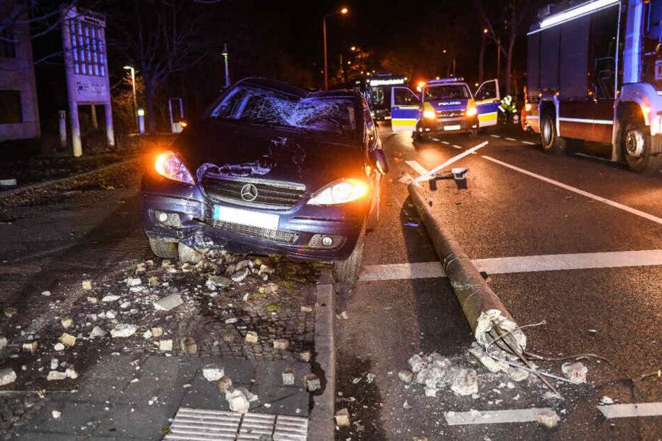 Betrunkener prallt mit Auto gegen Laterne und legt Stromversorgung lahm