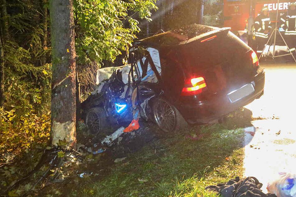 Der Fahrer war von der Fahrbahn abgekommen und mit dem Baum kollidiert.