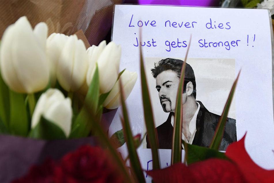 Blumen und eine Trauerbekundung, aufgenommen nach dem Tod des Sängers George Michael am 27.12.2016 in London.
