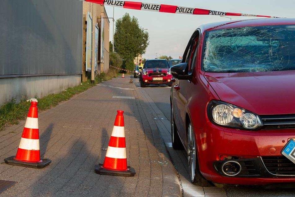 Der 19-Jährige wurde von einem VW erfasst.