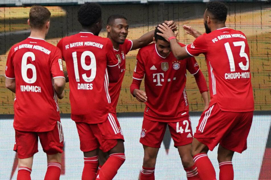 Münchens Youngster Jamal Musiala (2.v.r) feiert seinen Kopfballtreffer zur 3:1-Führung mit seinen Teamkollegen.