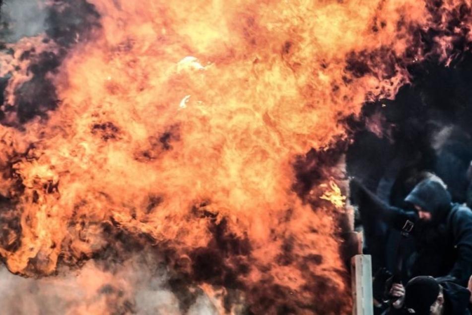 Ausschreitungen: Fans zünden Benzin-Bombe und werfen Pyro-Fackel in den Gästeblock