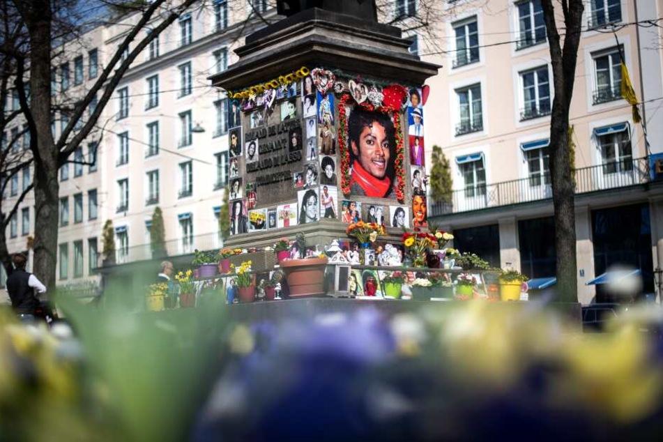 Der Sockel des Denkmals für Orlando-di-Lasso, einem Komponisten und Kapellmeister der Renaissance, das vor dem Bayerischen Hof zum Michael Jackson Denkmal umfunktioniert wurde.