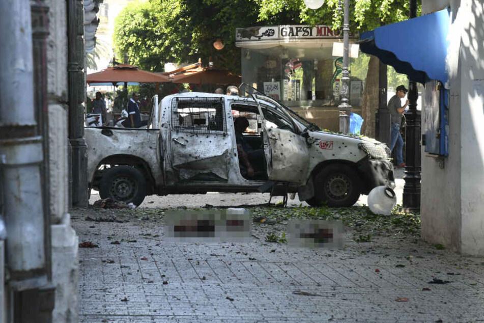 Blick auf ein zerstörtes Auto, nachdem eine Person einen Selbstmordanschlag verübt hat.