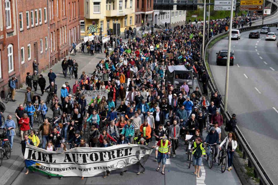 """Die Demonstration mit rund 1500 Teilnehmern lief unter dem Motto """"Verkehrswende statt Rush Hour""""."""