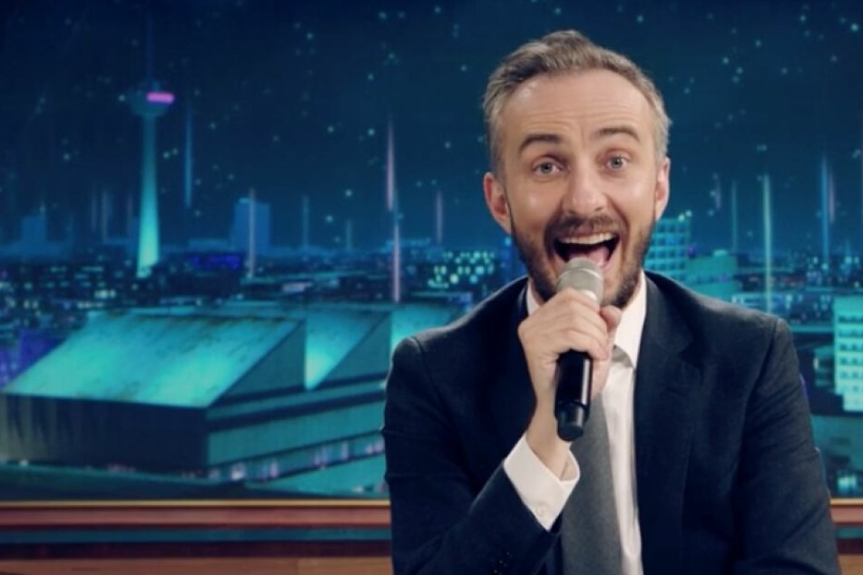 Im Musikvideo singt Jan Böhmermann humorvoll über Deutschlands Rolle in der EU.