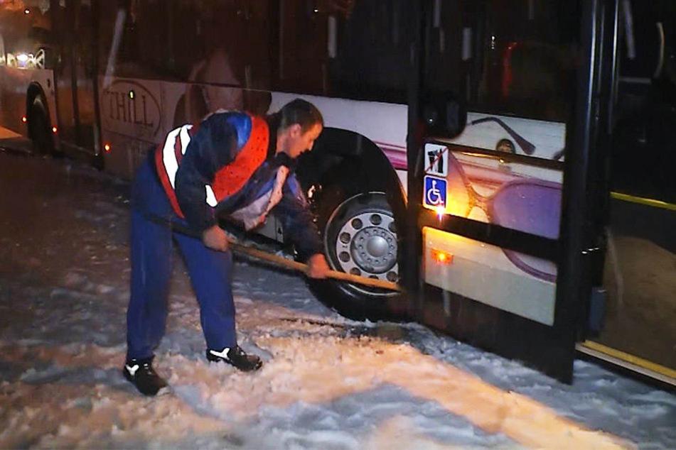Nichts ging mehr: Busse und Lkws blieben einfach in den Schneemassen stecken.