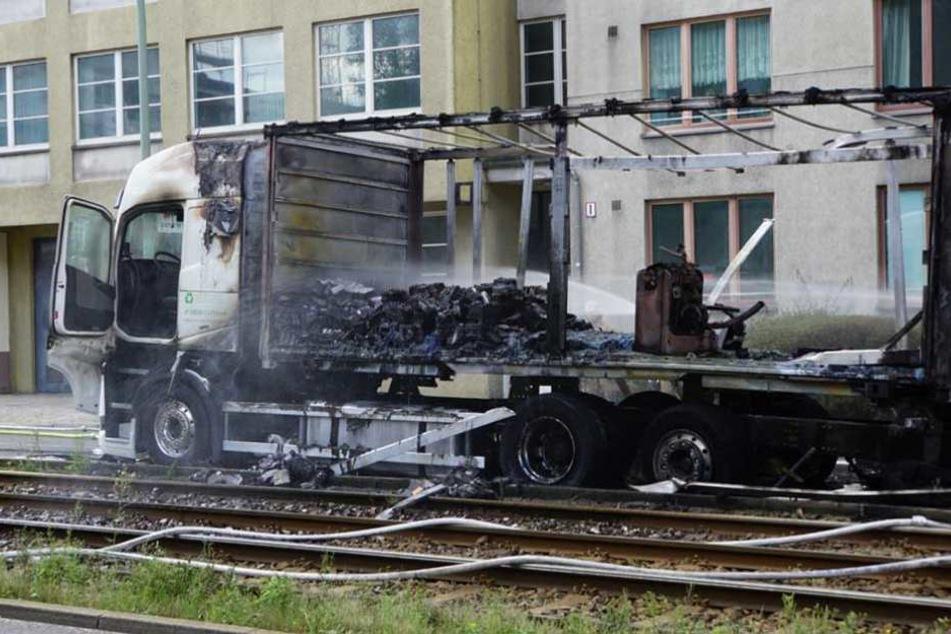 Der fast vollständig ausgebrannte Laster soll Alt-Batterien geladen haben.