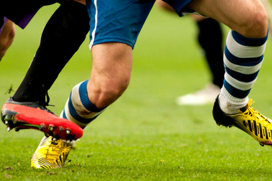 Zoff nach Kreisliga-Spiel eskaliert: Fans drücken Mann mit Kopf unter Wasser