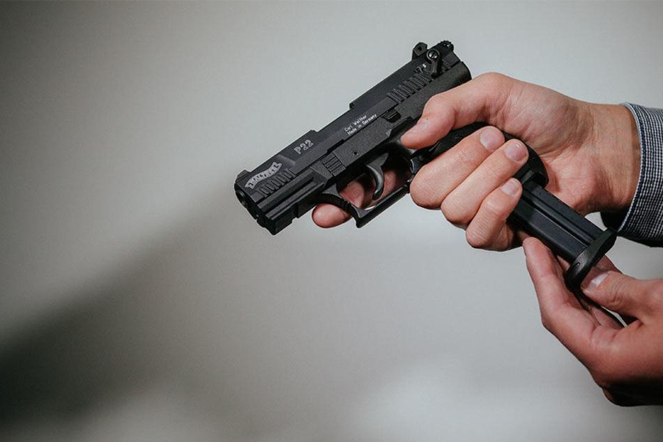 Auch, als der Täter mit seiner Waffe herumfuchtelte, ließen sich die Verkäuferinnen nicht einschüchtern. (Symbolbild)
