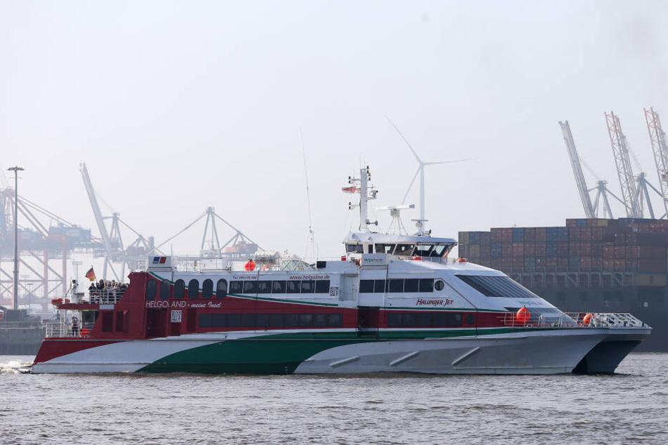 """Der """"Halunder Jet"""" fährt während der Saison zwischen Helgoland und Hamburg. Das Archivbild zeigt die Vorgängerfähre."""