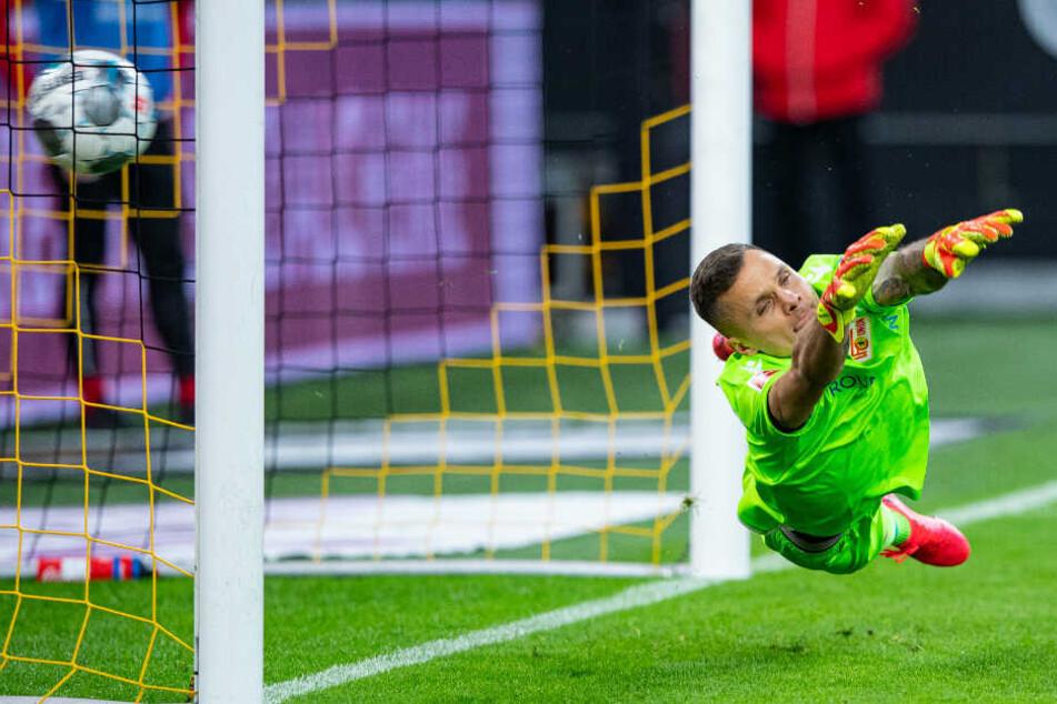 Gikiewicz fliegt vergebens: Reus verwandelt den Elfmeter zum 3:0.