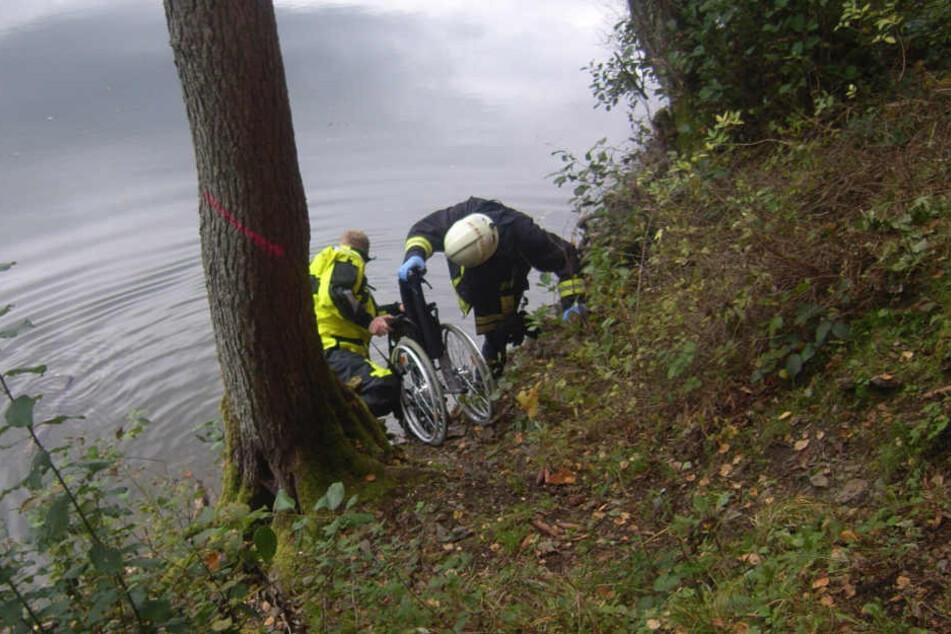 Als die Feuerwehr eintraf, hatten beherzte Passanten die Omi schon aus dem Wasser gefischt.