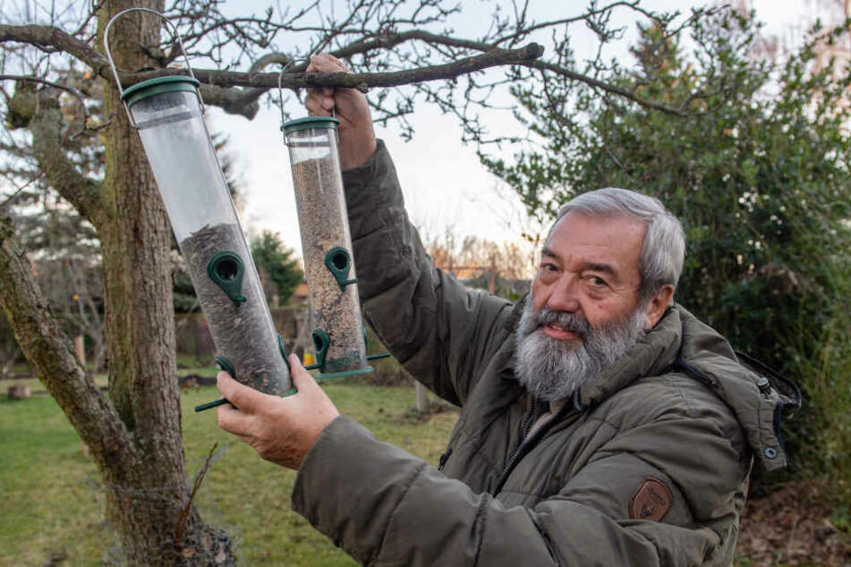 Ulrich Schuster (70) befüllt die Vogelfutterspender in seinem Garten. Auch der Ornithologe beteiligt sich an der großen Vogelzählung. Die geht jetzt sogar per App.