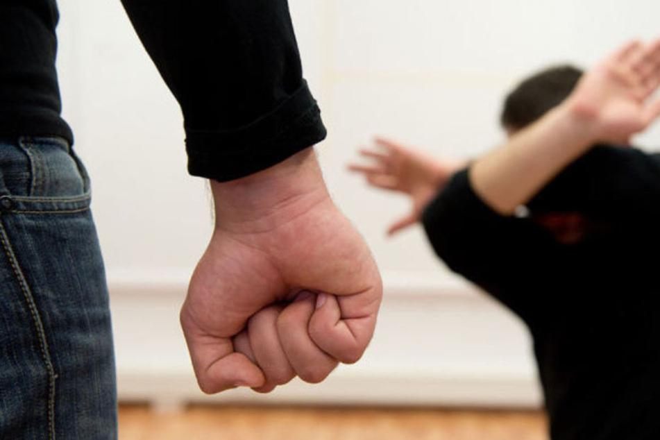 Ein Mann wollte einen Streit schlichten und wurde daraufhin von den Frauen geschlagen. (Symbolbild)