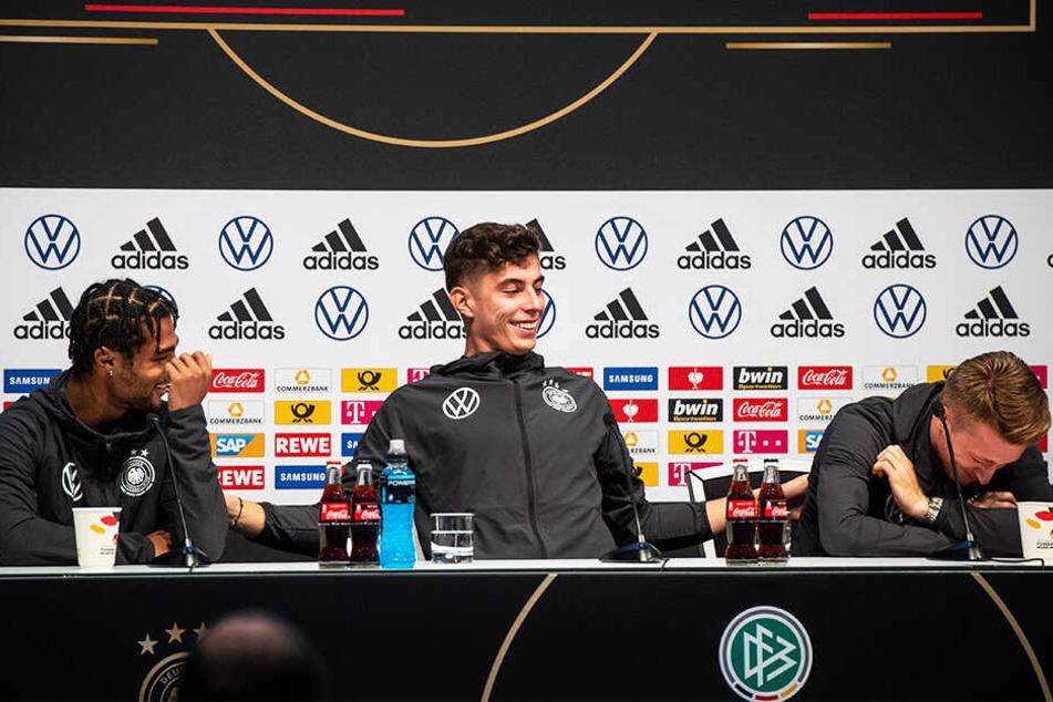 Von links nach rechts: Serge Gnabry, Kai Havertz und Marco Reus hatten auf der Pressekonferenz viel Spaß.