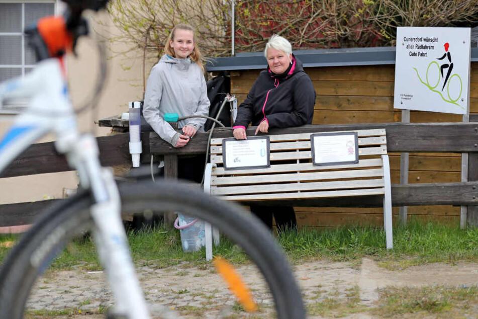 1000 Liter Wasser im Jahr spenden Cathrin Schaarschmidt und Tochter Jule in Cunersdorf durstigen Mountainbikern.
