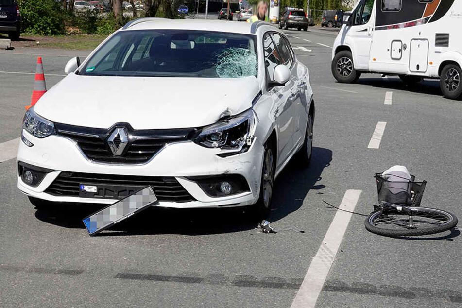 E-Bike kollidiert mit Renault: Radfahrerin schwer verletzt