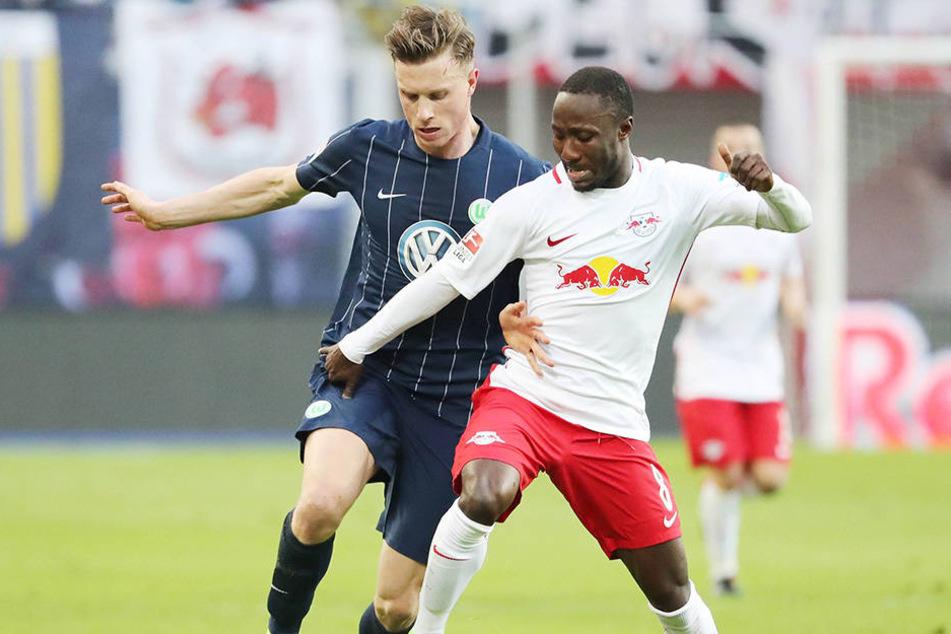 Naby Keita während des Spiels gegen den VfL Wolfsburg. Eine Stunde nach dem Spiel klappte der 22-Jährige in der Red Bull Arena zusammen.