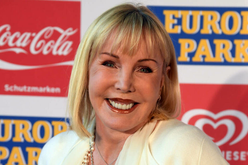Heike Maurer lächelt im Europa-Park vor Beginn der Verleihung der Radio Regenbogen Awards.