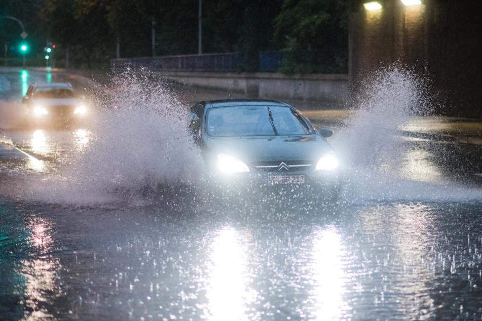 Heftige Unwetter mit Starkregen forderten ein Todesopfer.
