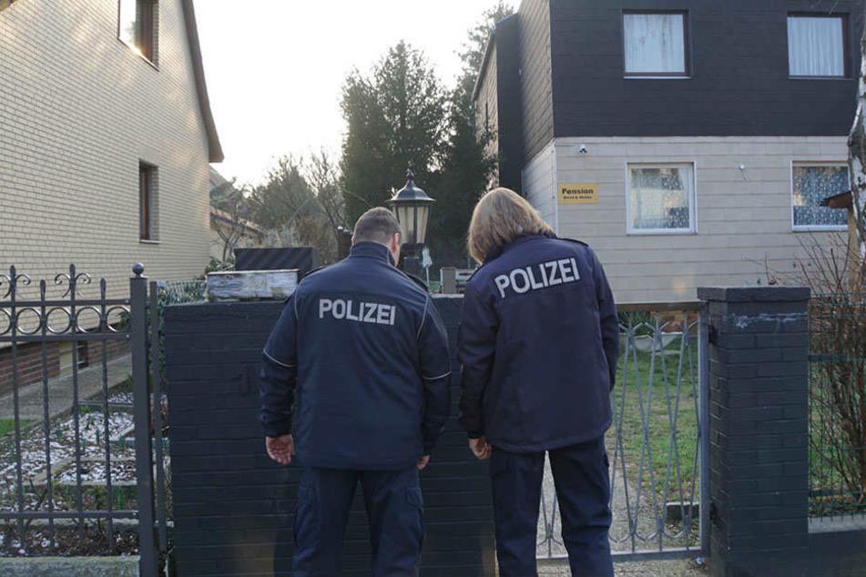 In Neukölln wurde eine Frau mit einer Axt angegriffen. Polizisten konnten einen Verdächtigen festnehmen.