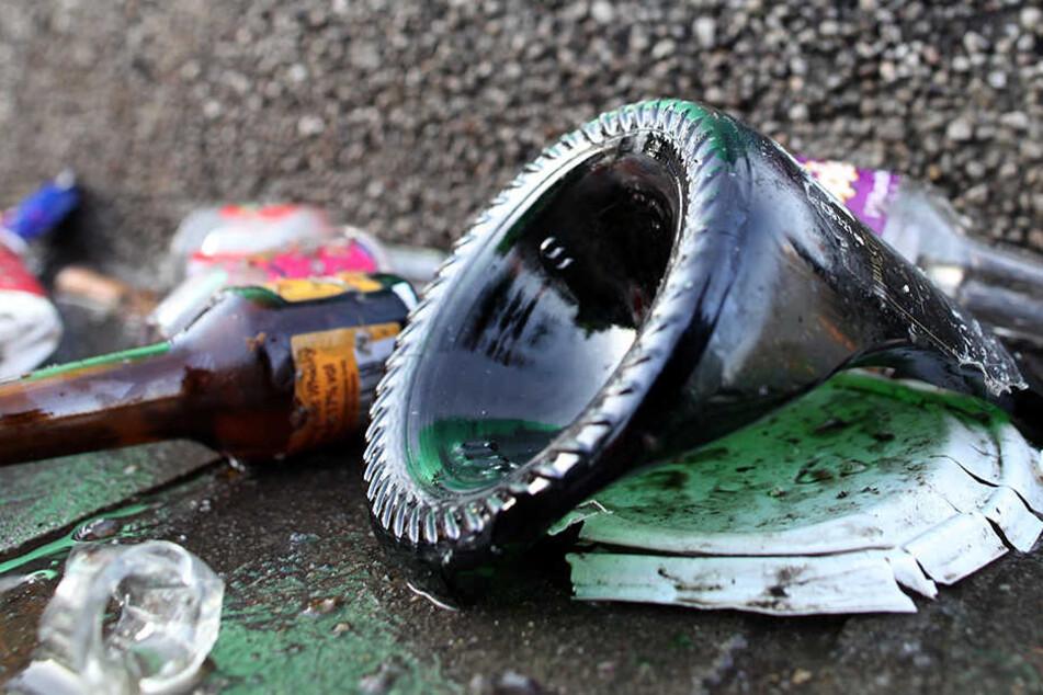 Ein Mann zerschlug eine Glasflasche und wollte damit auf einen 27-Jährigen losgehen. (Symbolbild)