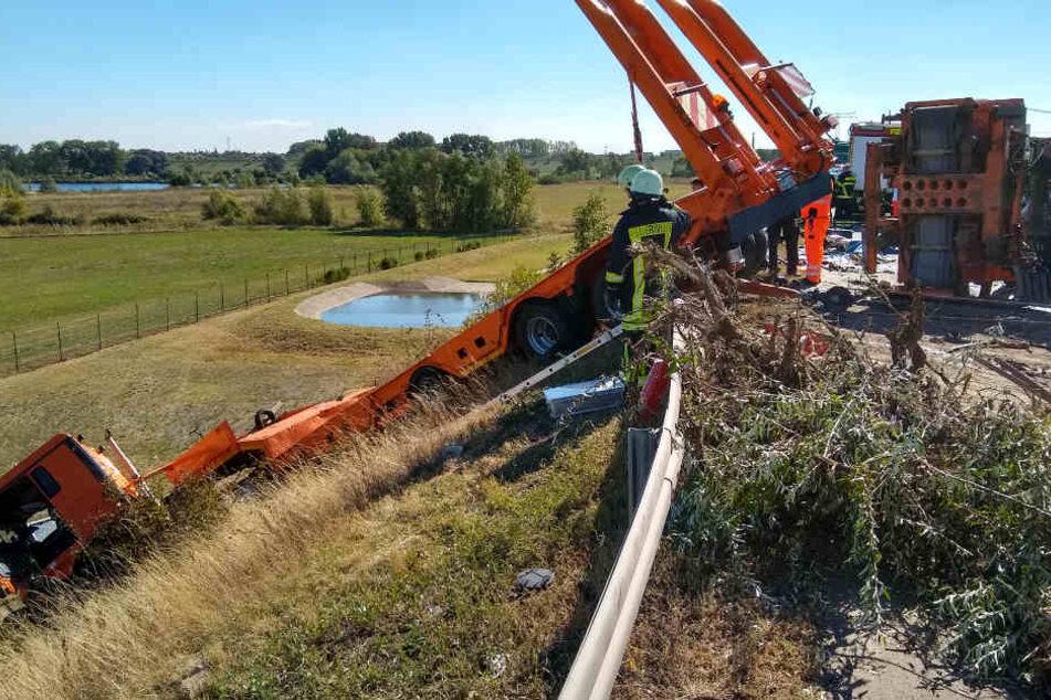 Der Tieflader stürzte den Hang hinunter, nachdem er die Leitplanke der Autobahn durchbrach.